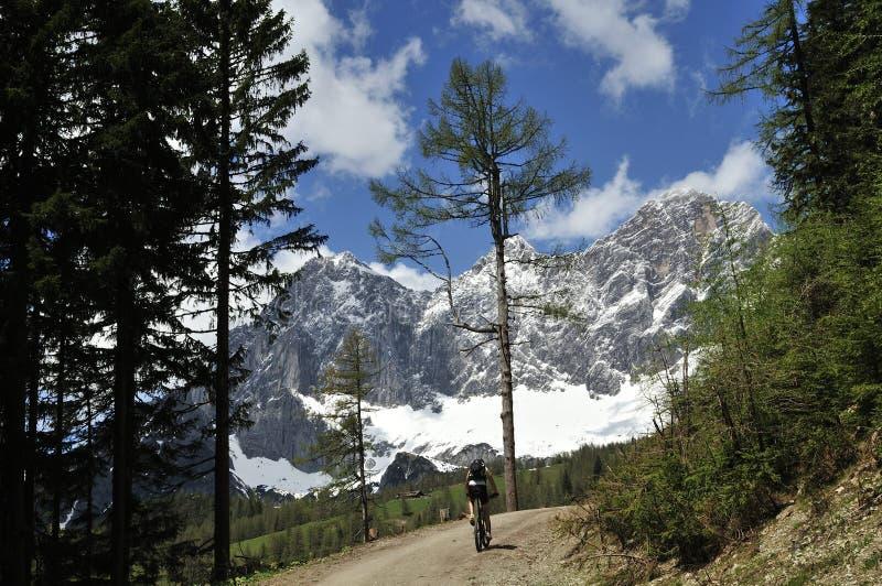 El Biking debajo de Dachstein imagen de archivo libre de regalías