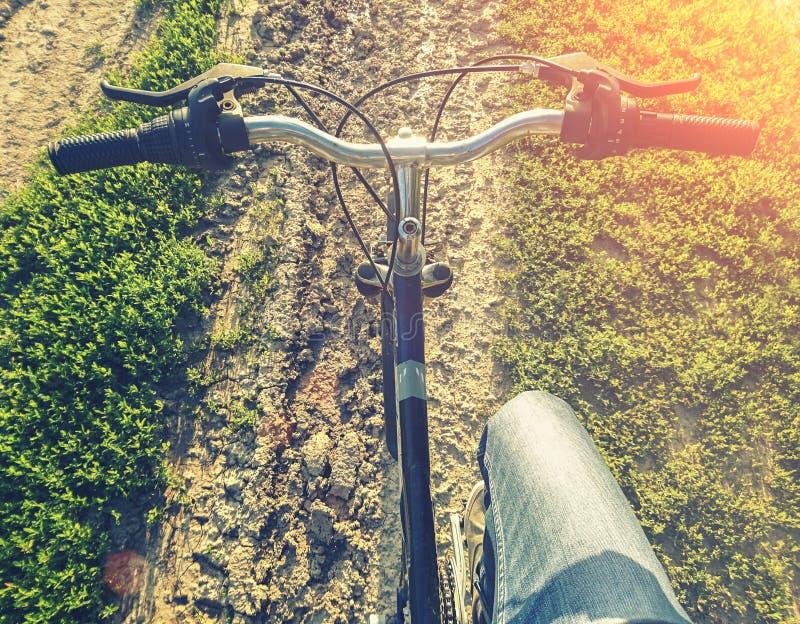 El biking del campo a través fotos de archivo
