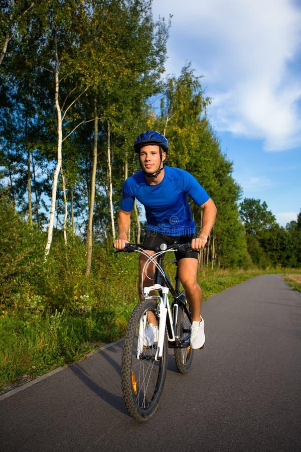 El biking del hombre fotos de archivo