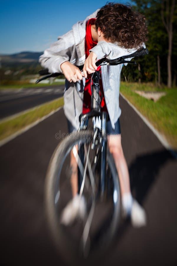 El biking del muchacho imagen de archivo libre de regalías