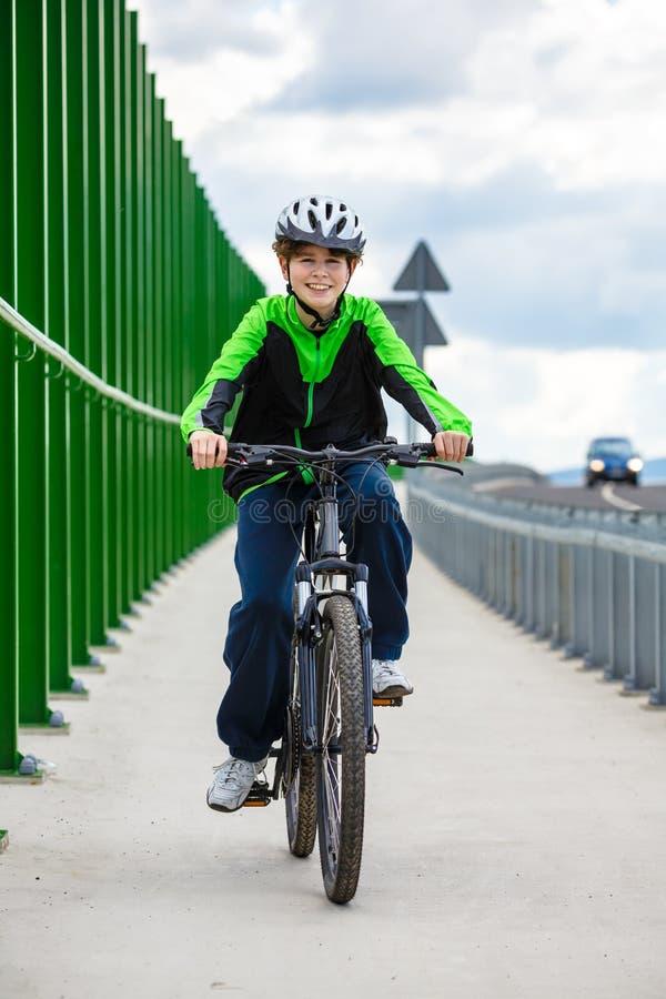 El biking del muchacho imágenes de archivo libres de regalías