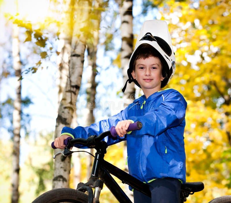 El biking del muchacho imagenes de archivo