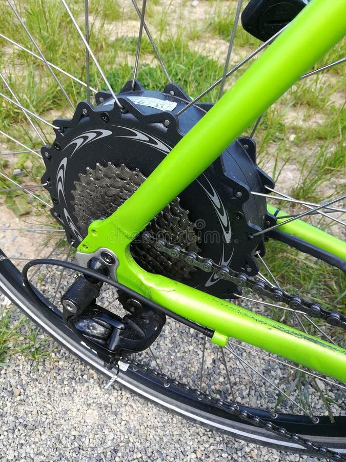 El Biking en el bosque fotografía de archivo
