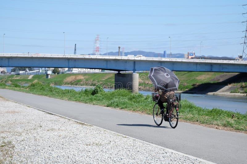 El Biking en una trayectoria imagen de archivo libre de regalías