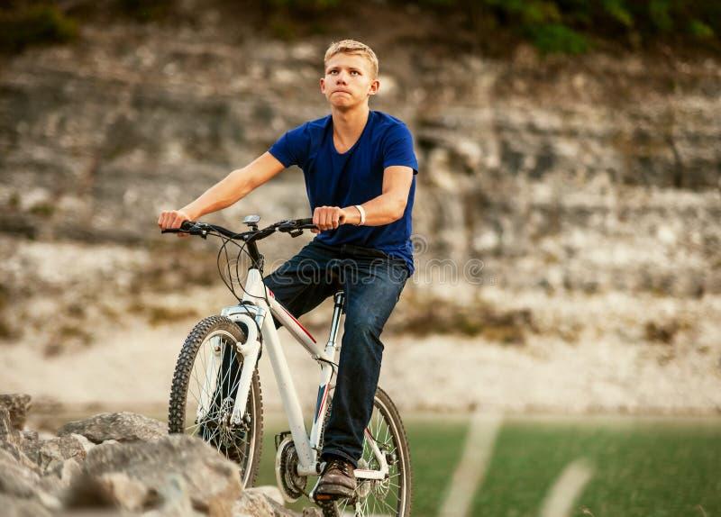 El biking extremo de la montaña fotografía de archivo libre de regalías