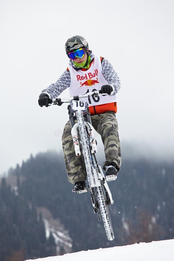El biking extremo de la montaña de la nieve imagenes de archivo