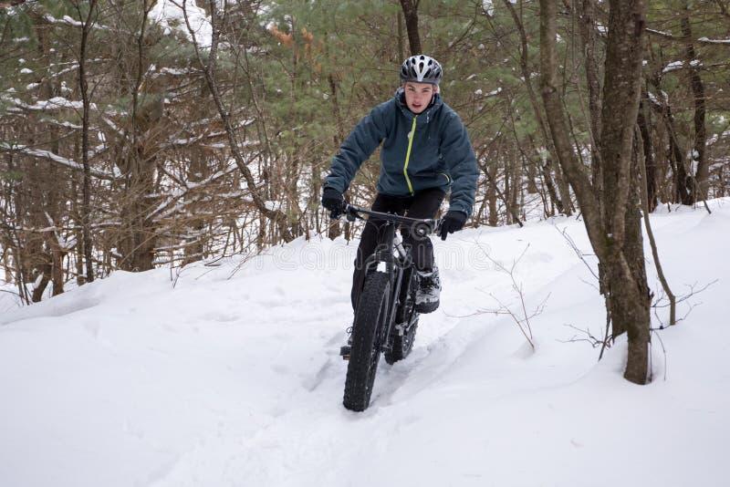 El Biking gordo en el bosque foto de archivo