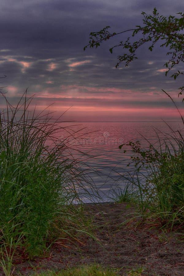El biking y salida del sol de la madrugada imagen de archivo