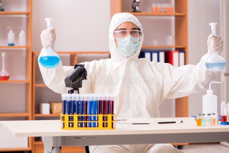 El bioquímico joven que trabaja en el laboratorio fotografía de archivo libre de regalías