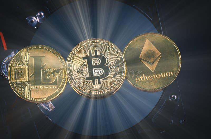 El bitcoin de oro encendido desmonta el disco duro sobre fondo y rayo ligero oscuros suavemente encendidos imagen de archivo libre de regalías