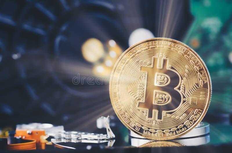 El bitcoin de oro encendido desmonta el disco duro sobre fondo y rayo ligero oscuros suavemente encendidos imágenes de archivo libres de regalías