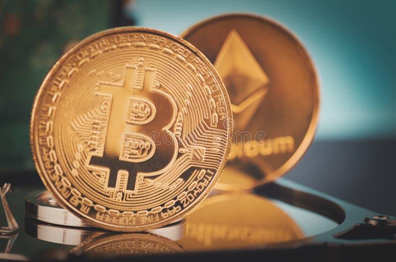 El bitcoin de oro encendido desmonta el disco duro sobre fondo y rayo ligero oscuros suavemente encendidos fotos de archivo libres de regalías