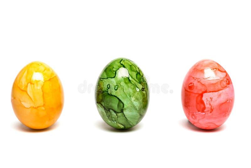 El blanco aisló los huevos de Pascua coloreados foto de archivo