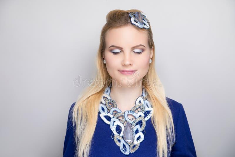 El blanco azul de la mujer compone imagen de archivo libre de regalías