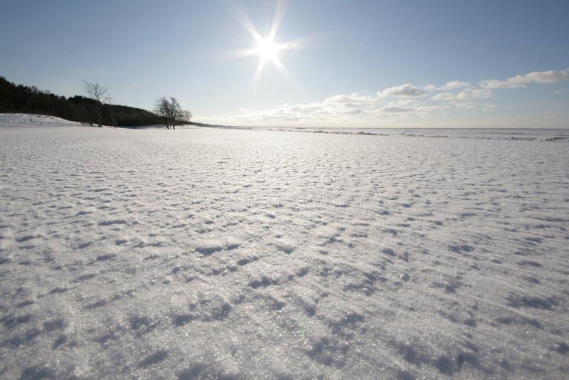 El blanco, costa de mar nevosa imagenes de archivo