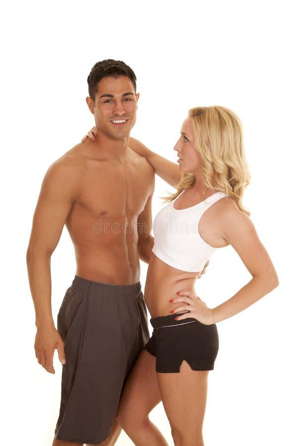 El blanco de los pares de la aptitud se divierte al hombre del sujetador ninguna camisa imagenes de archivo