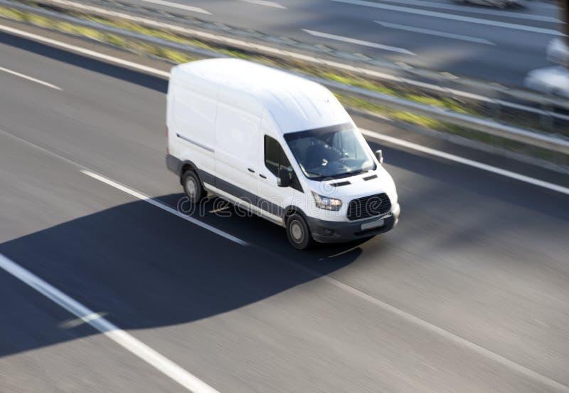El blanco entrega la furgoneta en la carretera imágenes de archivo libres de regalías