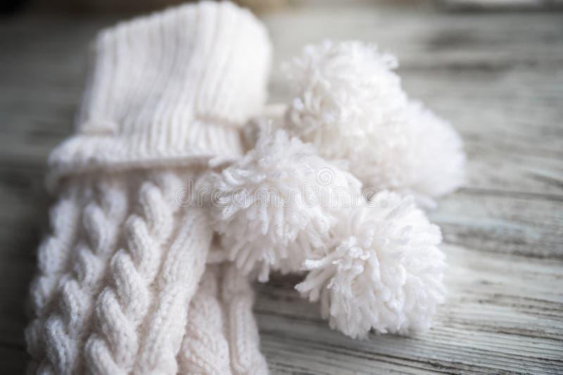 El blanco hizo punto los calcetines, calcetines hechos a mano en el fondo blanco Textura de cosas hechas punto fotos de archivo