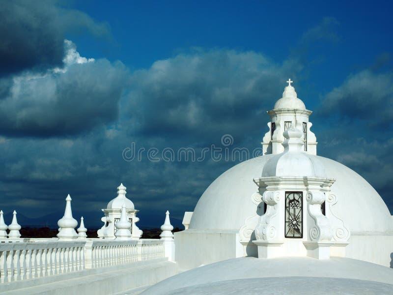 El blanco lavó la catedral superior del tejado de Leon Nicaragua Central Americ imágenes de archivo libres de regalías