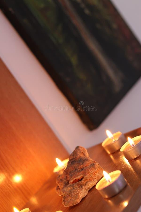 El blanco mira al trasluz la decoración con la roca en el centro foto de archivo libre de regalías