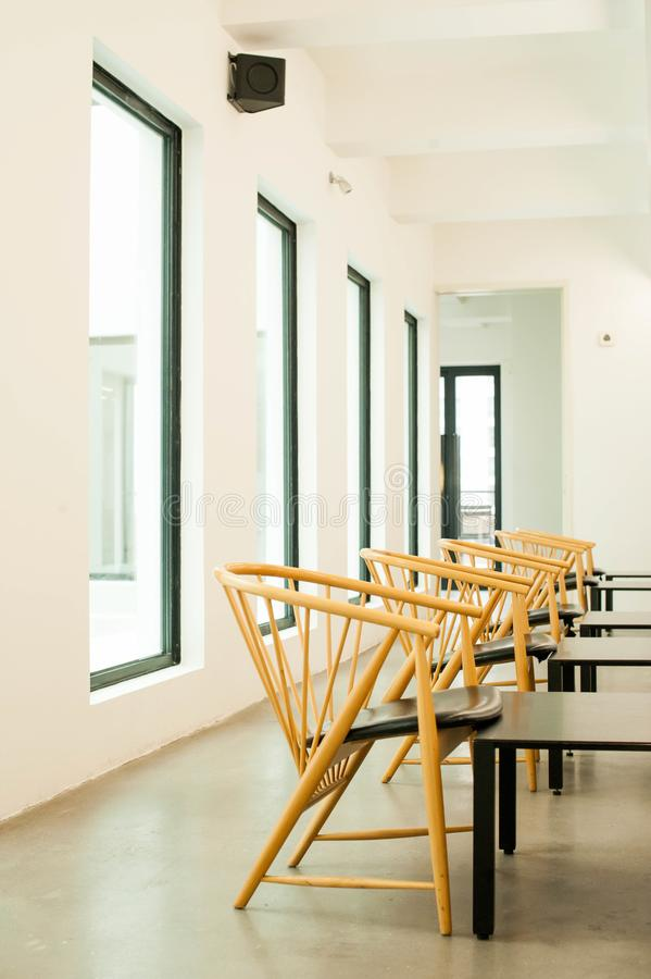 El blanco moderno del diseño interior empareda las sillas de madera S arquitectónico imagen de archivo