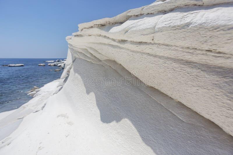 El blanco oscila cerca de la playa del ` s del gobernador, paisaje del mar de Chipre fotos de archivo libres de regalías