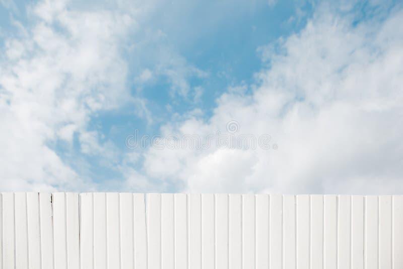 El blanco pintó textura de madera de la cerca en fondo del cielo fotografía de archivo libre de regalías