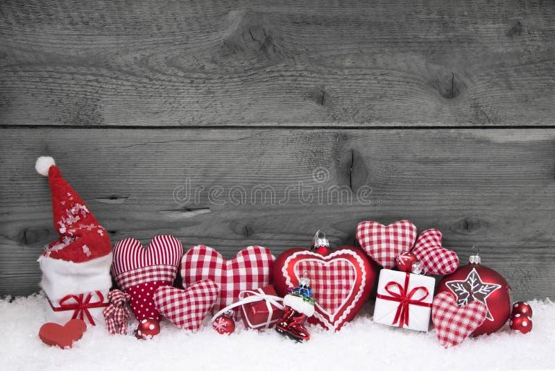 El blanco rojo comprobó la decoración de la Navidad en fondo de madera gris foto de archivo libre de regalías