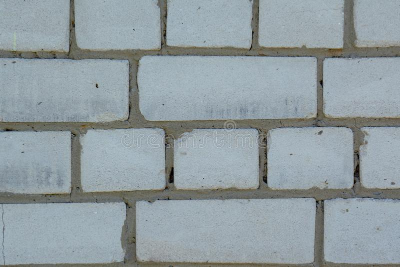 El blanco se descoloró viejo fondo de los ladrillos con los defectos y las fracturas fotografía de archivo