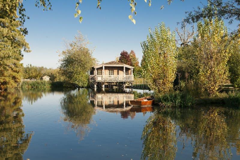 Cabaña Romantical en un lago en Burdeos, Francia imagen de archivo
