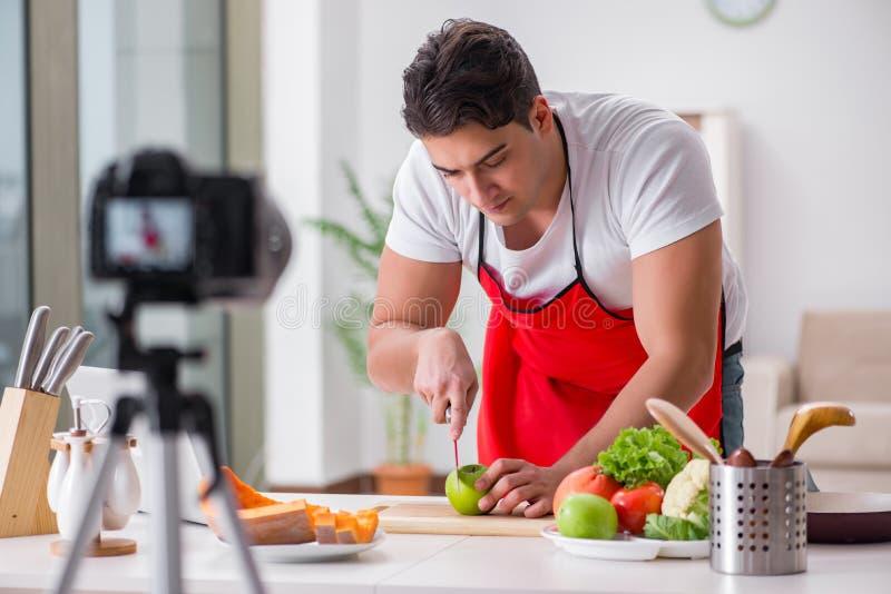 El blogger de la comida que trabaja en la cocina foto de archivo libre de regalías