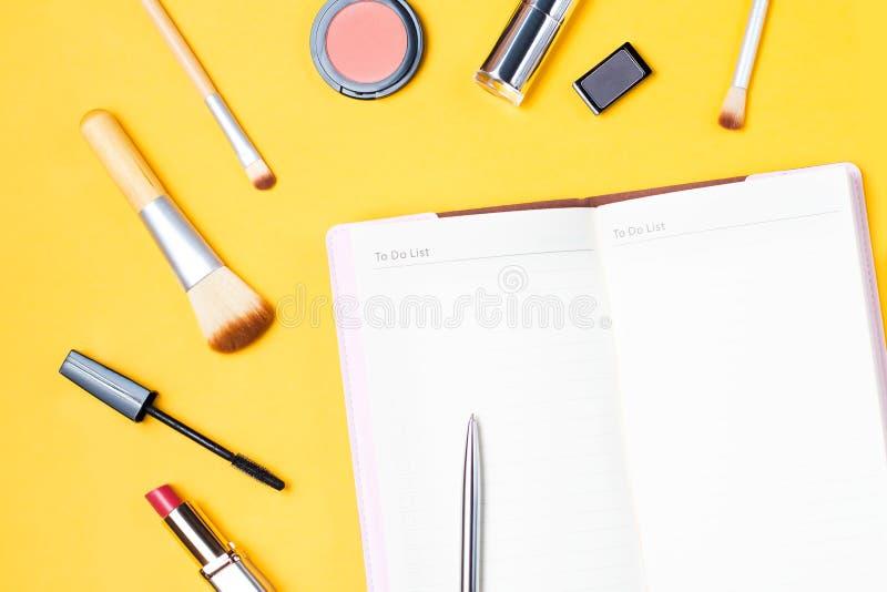 El blogger de la moda se opone completamente endecha Productos de belleza, flores y accesorios femeninos elegantes en fondo en co imágenes de archivo libres de regalías