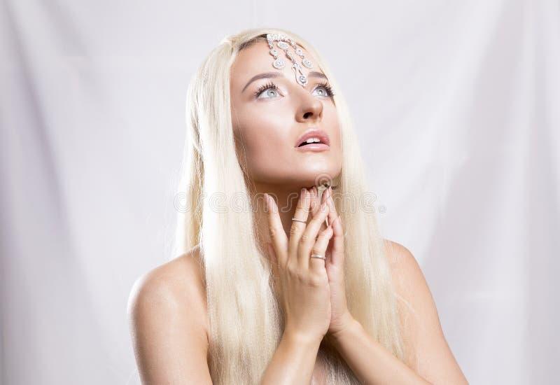 El blonde de ojos azules joven hermoso con el pelo largo, hermoso hace imagenes de archivo