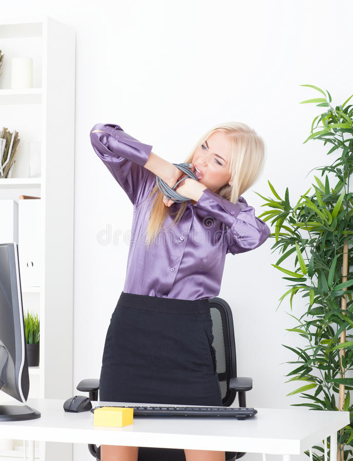 El blonde hermoso en la mano de la oficina ató el alambre UTP fotografía de archivo libre de regalías