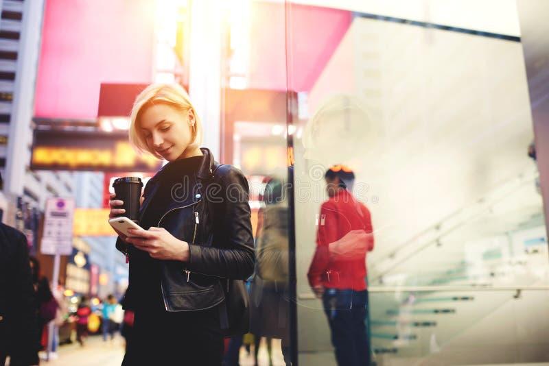El blonde hermoso joven está viajando por el trabajo conectado para ayunar Internet 4G en la fascinación de itinerancia por Hong  foto de archivo libre de regalías