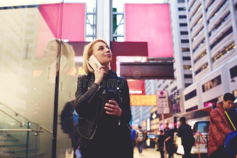 El blonde hermoso joven está viajando por manera del hallazgo del trabajo al campus usando la itinerancia imagen de archivo libre de regalías
