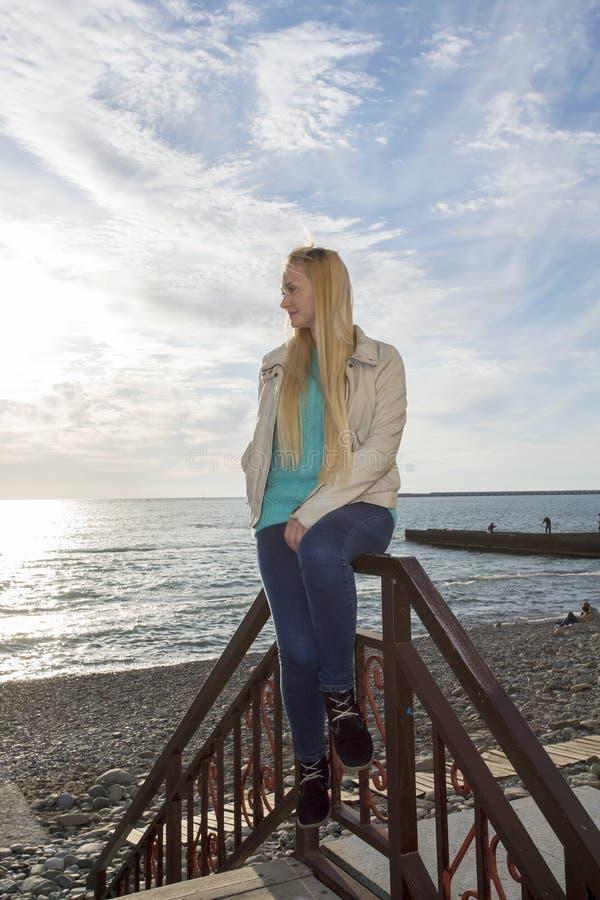 El blonde hermoso mira el mar foto de archivo