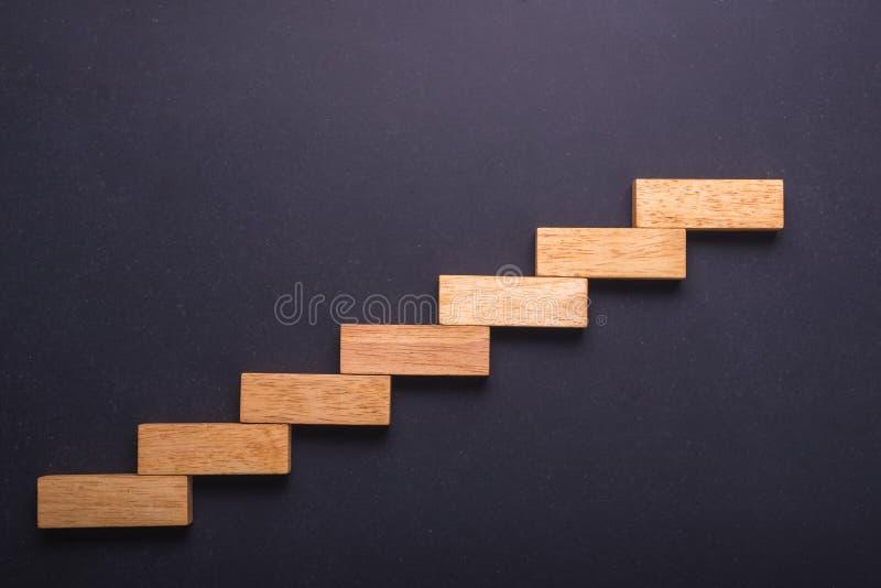 El bloque de madera puso para la escalera en tablero de piedra negro Negocios imagen de archivo
