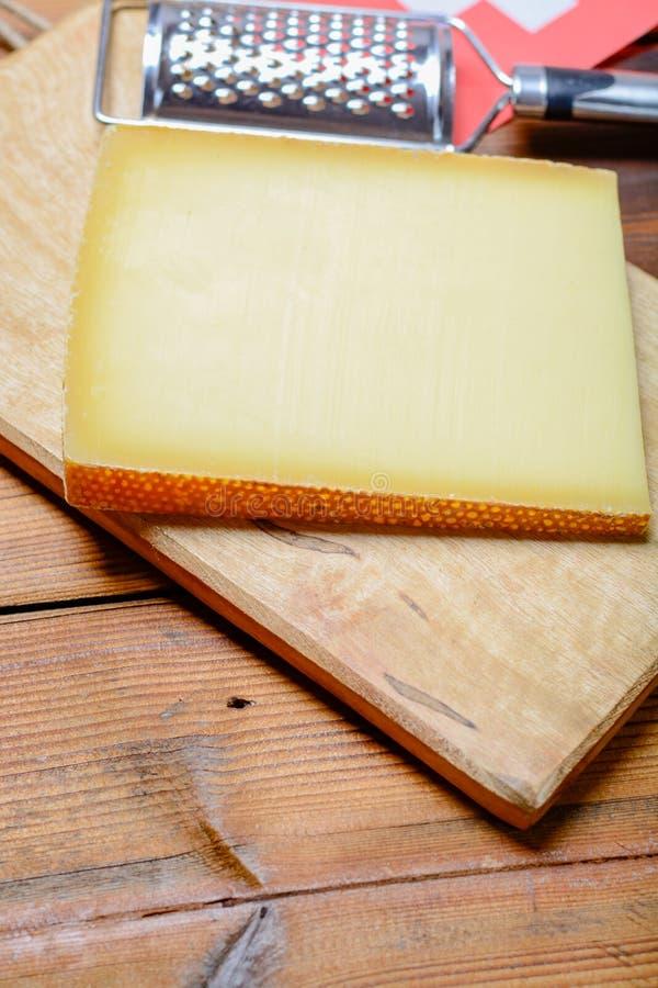 El bloque de queso duro suizo Le Gruyere utilizó para el fondu tradicional foto de archivo