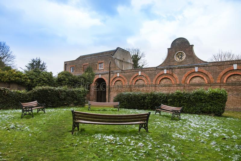 El bloque estable, en el parque de Cranford, la parte más completa de los edificios restantes de la casa de Cranford imagen de archivo