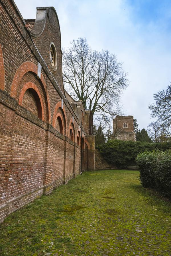 El bloque estable y la torre de la iglesia del ` s de Dunstan del santo en Cranford parquean fotografía de archivo