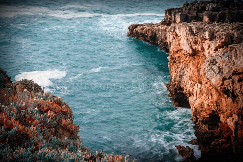 El Boca hace el infierno: formación del acantilado cerca de Cascais en Portuga foto de archivo libre de regalías