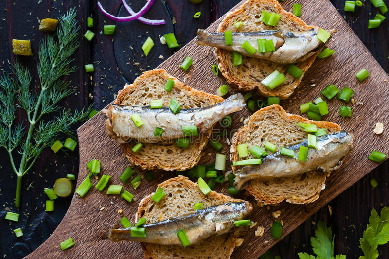 El bocadillo con las sardinas, asperja con las cebollas fotos de archivo