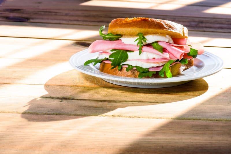 El bocadillo con queso y el jamón el mañana se encienden imágenes de archivo libres de regalías