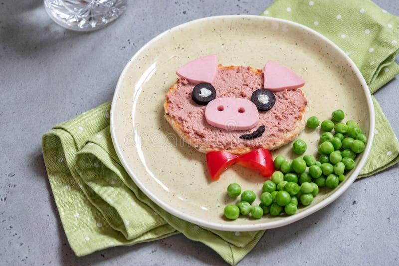 El bocadillo divertido para los niños formó el cerdo imágenes de archivo libres de regalías