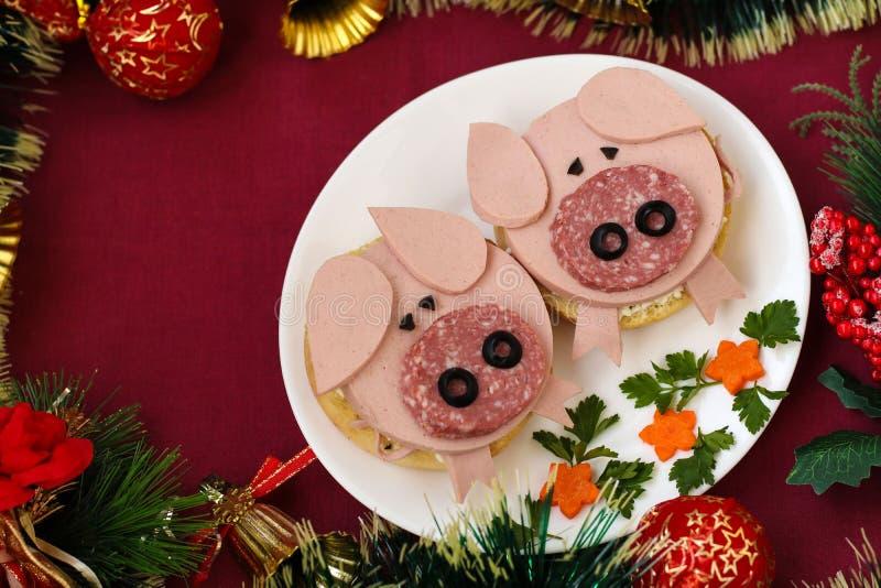 El bocadillo divertido para los niños formó el cerdo lindo con queso y la salchicha fotos de archivo