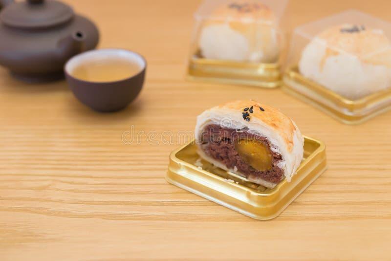 El bocado del chino tradicional de las tortas preservadas del huevo cortó con té fotografía de archivo libre de regalías