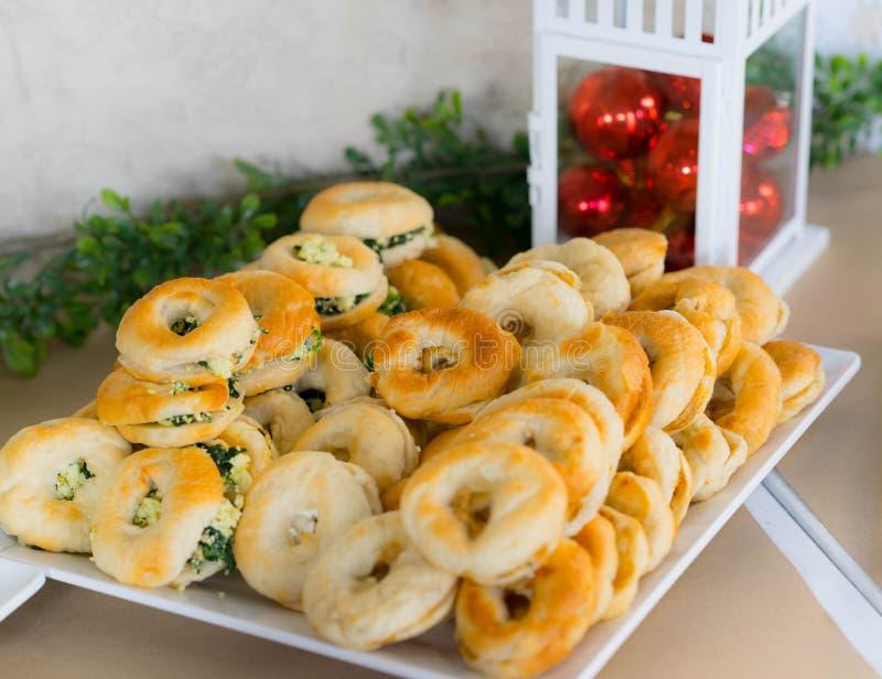 El bocado y los bollos cocidos les gusta el berger con queso fotos de archivo libres de regalías
