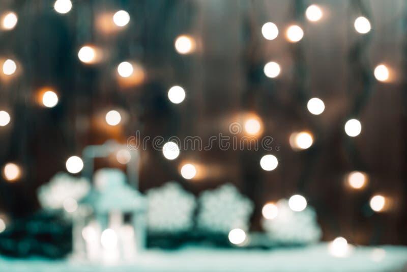 El bokeh de la Navidad empañó el fondo con la guirnalda, vela, linterna, árbol de navidad fotos de archivo libres de regalías