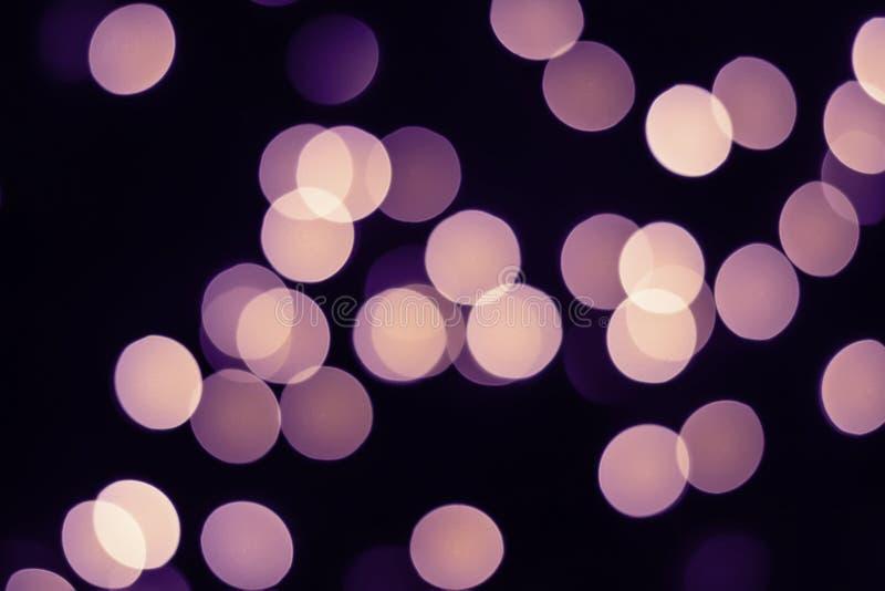 El bokeh violeta enciende resplandor en negro Concepto del d?a de fiesta fotografía de archivo libre de regalías
